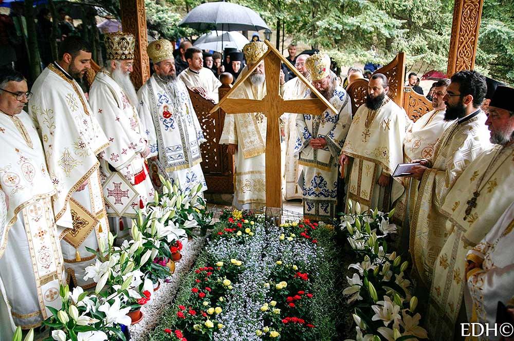 Hram La Mănăstirea Prislop Pelerinii S Au Adunat Din Nou In
