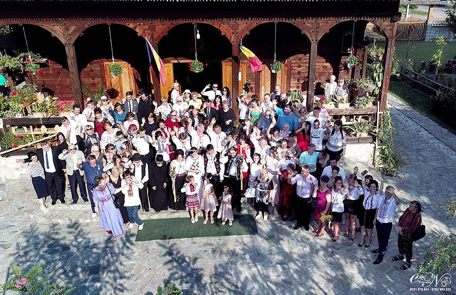 Nuntă în straie tradiționale la Petroșani. Doi tineri au îmbrăcat portul popular, în cea mai importantă zi a vieții lor