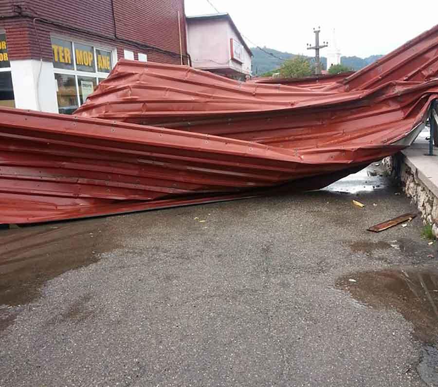 Bilanțul vijeliei de duminică după-amiază: acoperișul pieței din Petroșani, luat pe sus, și trei mașini avariate