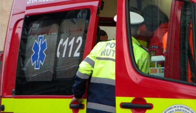 Femeie rănită după ce taxiul în care se afla, condus de un șofer băut, s-a înfipt într-un semafor