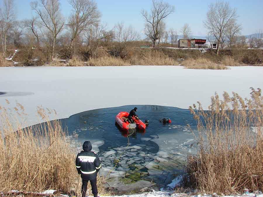 Antrenament în apă, la minus 10 grade, pentru scafandri hunedoreni