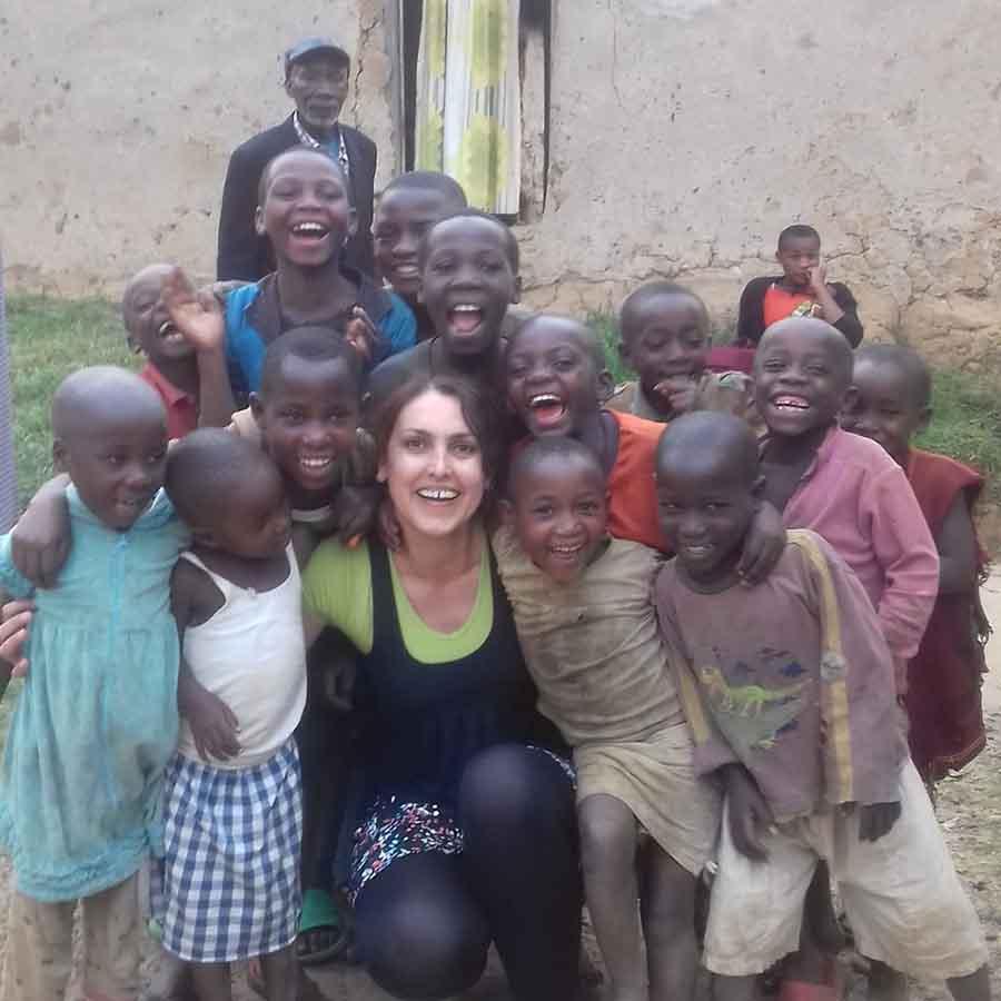 MISIONAR ÎN UGANDA. O hunedoreancă aduce speranță și zâmbete în ochii copiilor africani