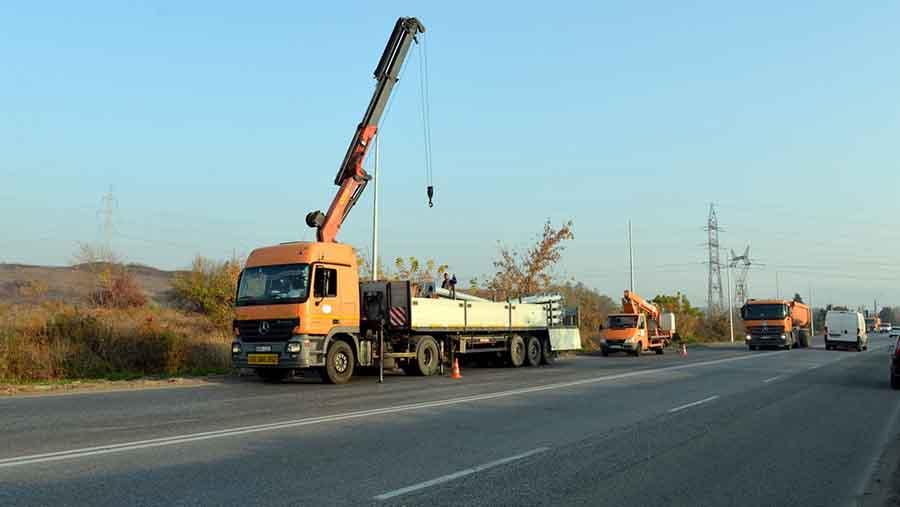 Șoseaua Deva – Hunedoara, scoasă din beznă. Se montează stâlpi noi de iluminat între Peștiș și Cristur