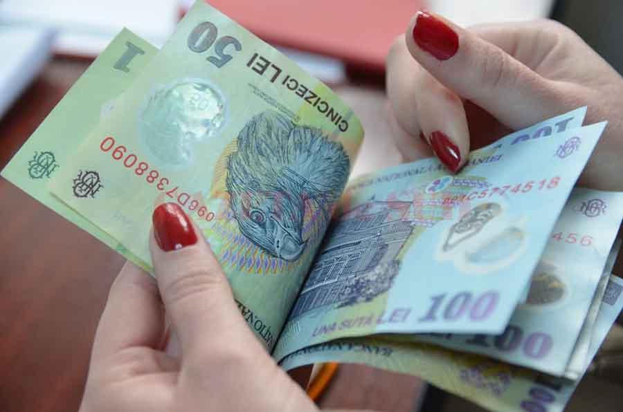 Încă o victimă a escrocilor, la Petroșani. O pensionară a rămas fără economii după ce a primit în casă o femeie necunoscută