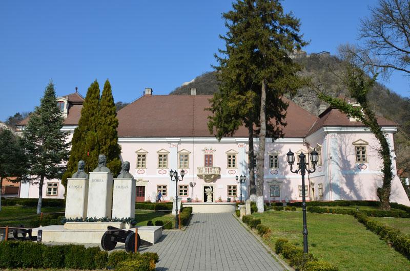 Muzeul din Deva restricționează accesul în instituție și închide expozițiile