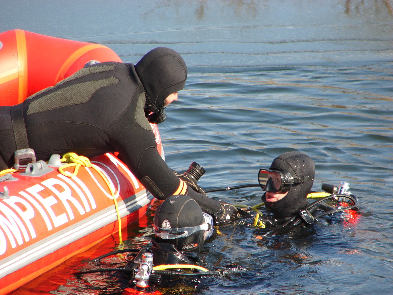 Amplă acțiune de căutare, a scafandrilor din Hunedoara și Maramureș, în lacul Vârșolț, din Sălaj, unde un pescar a dispărut