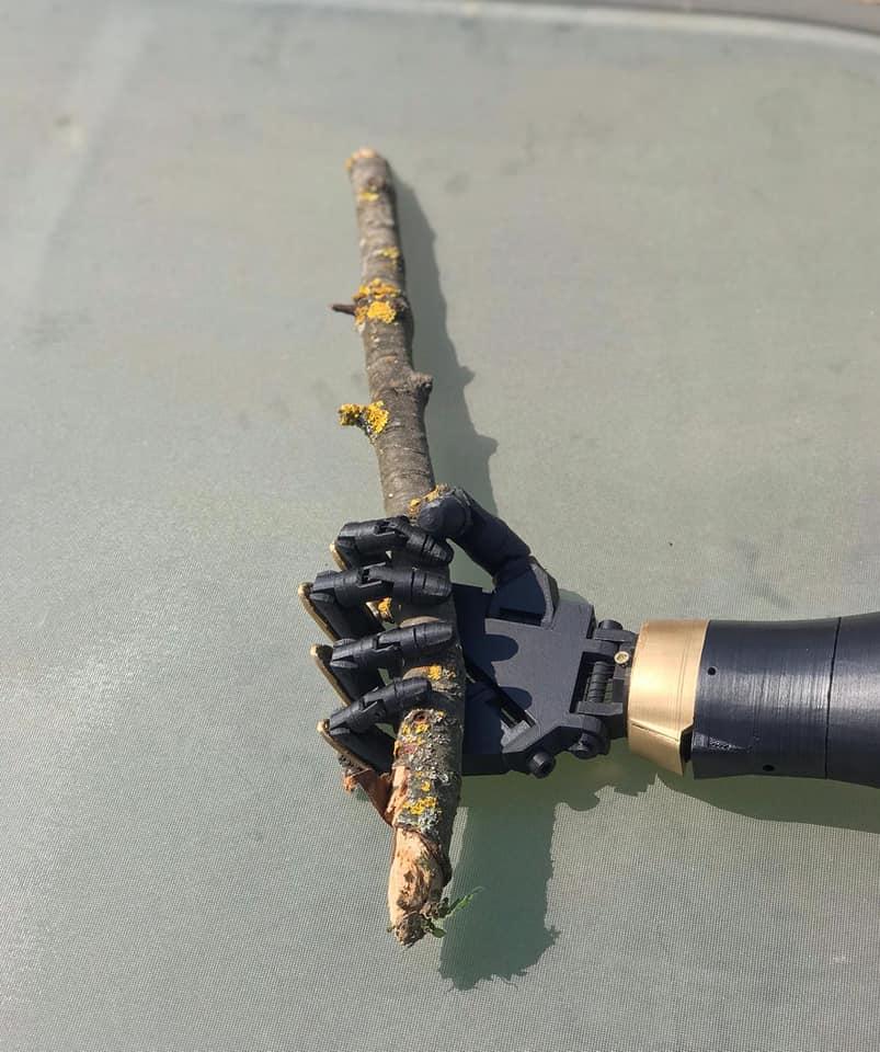 Doi studenți hunedoreni au creat o mână bionică