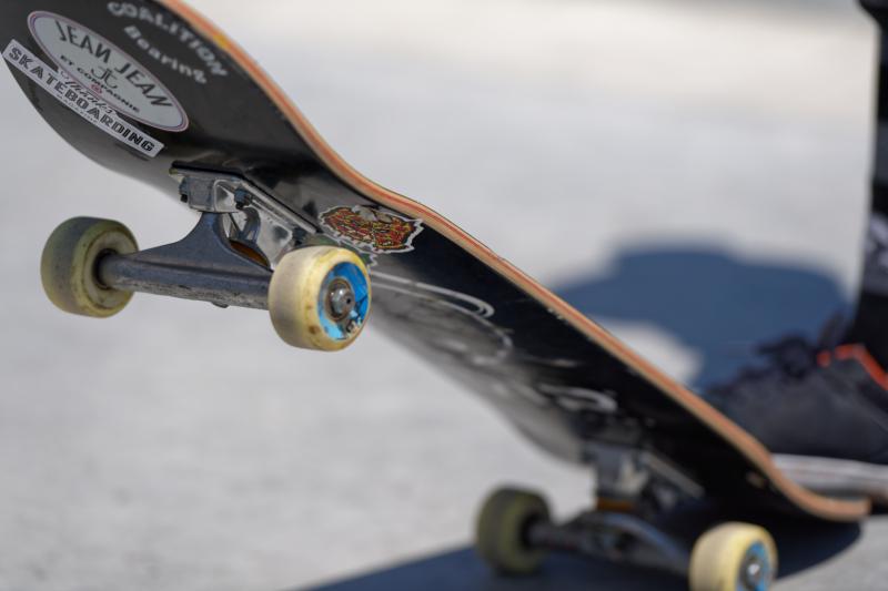 Amendat, de Poliția Locală, pentru că circula cu skateboardul prin centrul vechi al Devei