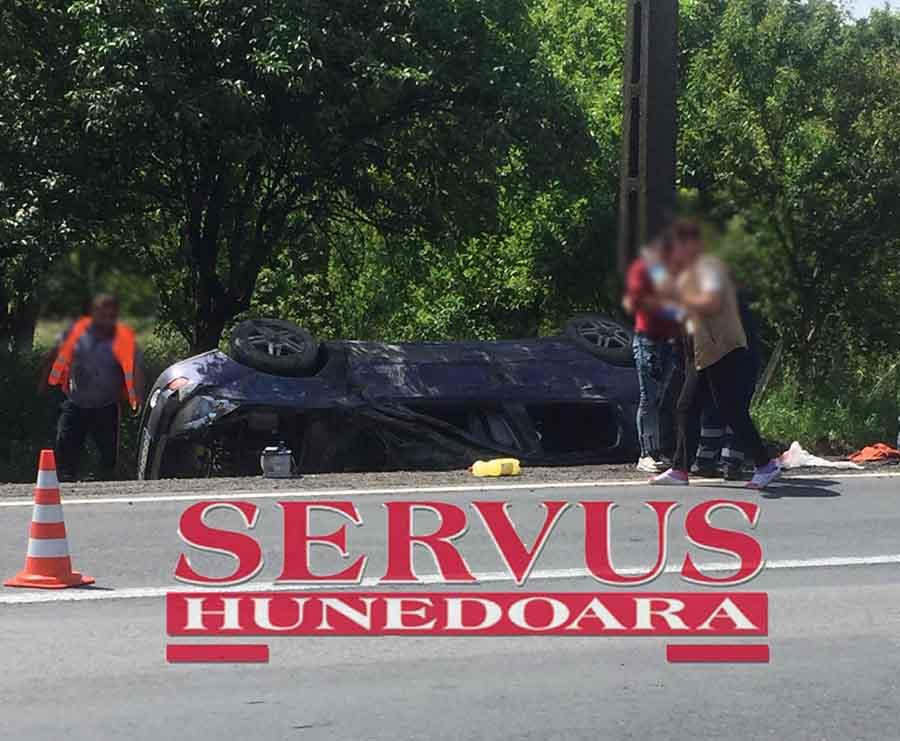 (FOTO) Accident pe DN 7, la Leșnic. Un autoturism s-a răsturnat în șanț