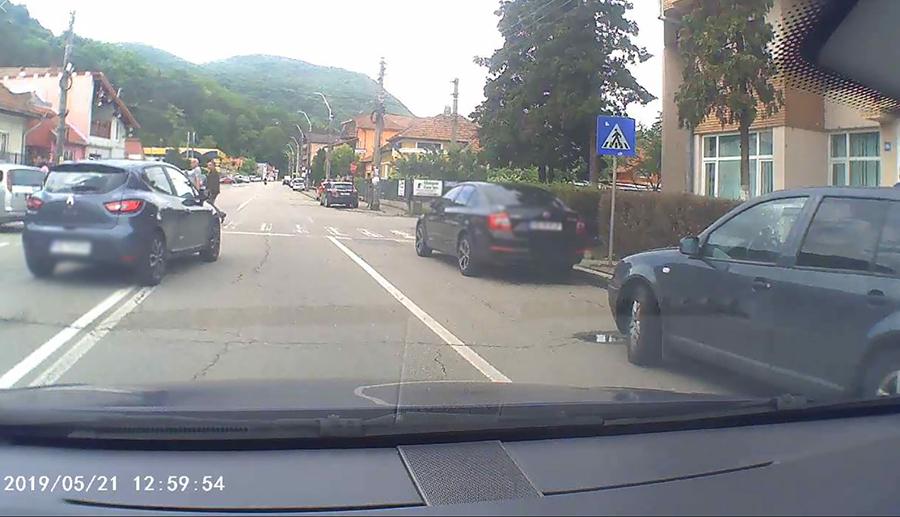 Manevra periculoasă a unui șofer, surprinsă de un instructor auto din Deva