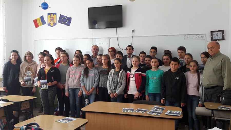 Lecție de reciclare selectivă, oferită de operatorul de salubritate Brai-Cata, la școala din Băița