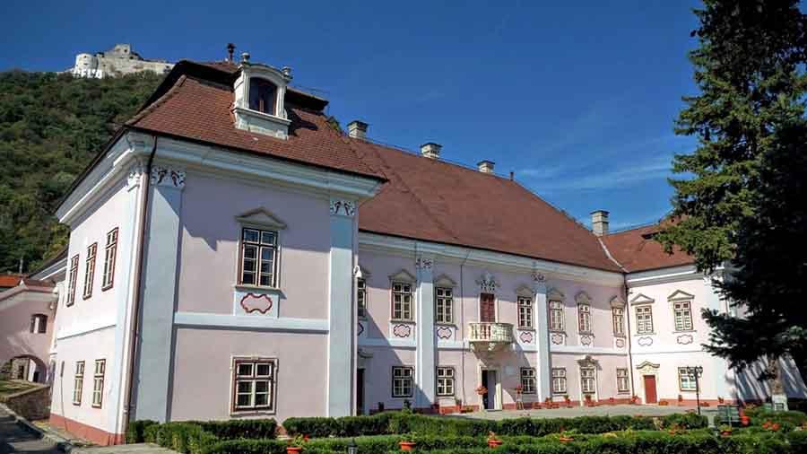 Manifestare culturală inedită la Palatul Magna Curia din Deva. Povestea contesei Mária Széchy, pusă în scenă printr-un limbaj contemporan