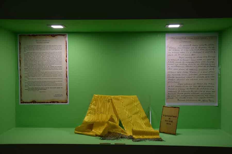 """O eșarfă galbenă, care """"se leagă"""" de succesul lui Vlaicu din 1912, exponatul lunii la MCDR"""