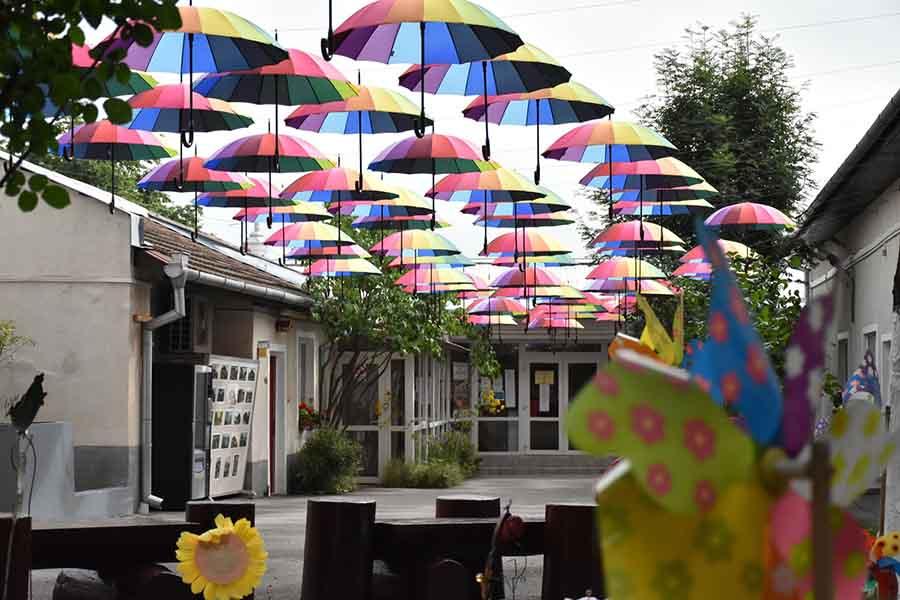 Prima alee cu umbrele plutitoare din Deva se află în curtea bibliotecii județene