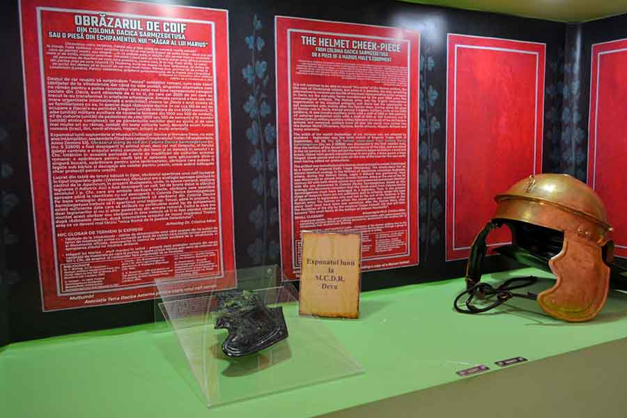"""Un obrăzar de coif, din perioada romană, """"exponatul lunii"""" la muzeul din Deva"""