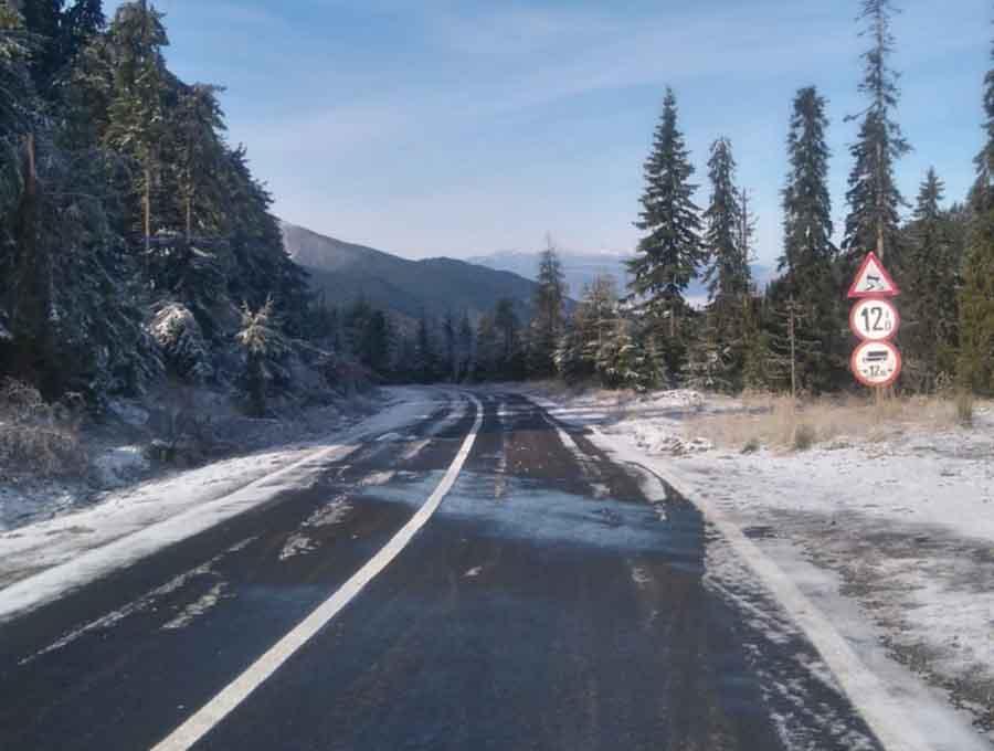 Primii fulgi de nea s-au așternut peste DN 7 A, Petroșani – Voineasa. Drumarii execută lucrări de urgență