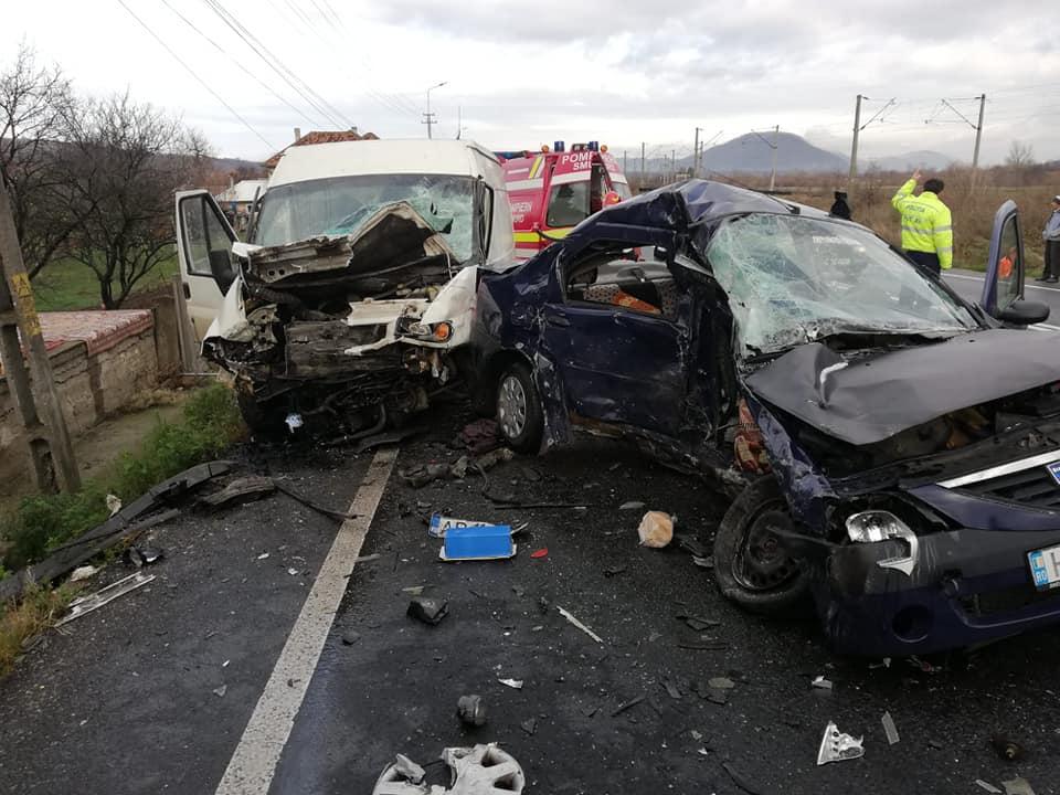 (FOTO) Accident grav pe DN 66. O femeie a murit după ce a lovit o autoutilitară ce transporta sicrie