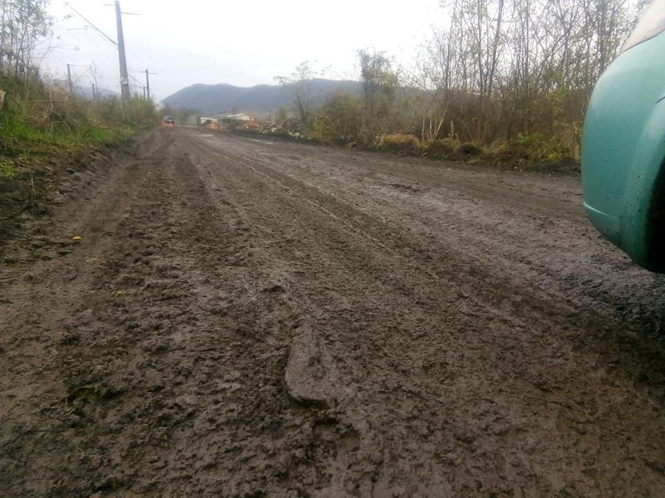UPDATE -Spre oraș, prin mocirlă. Accesul în Mintia -sat, pe un drum îngropat în noroi