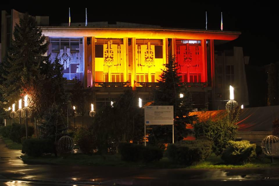 Clădirea Centrului Cultural din Deva, iluminată în culorile tricolorului, toată luna decembrie