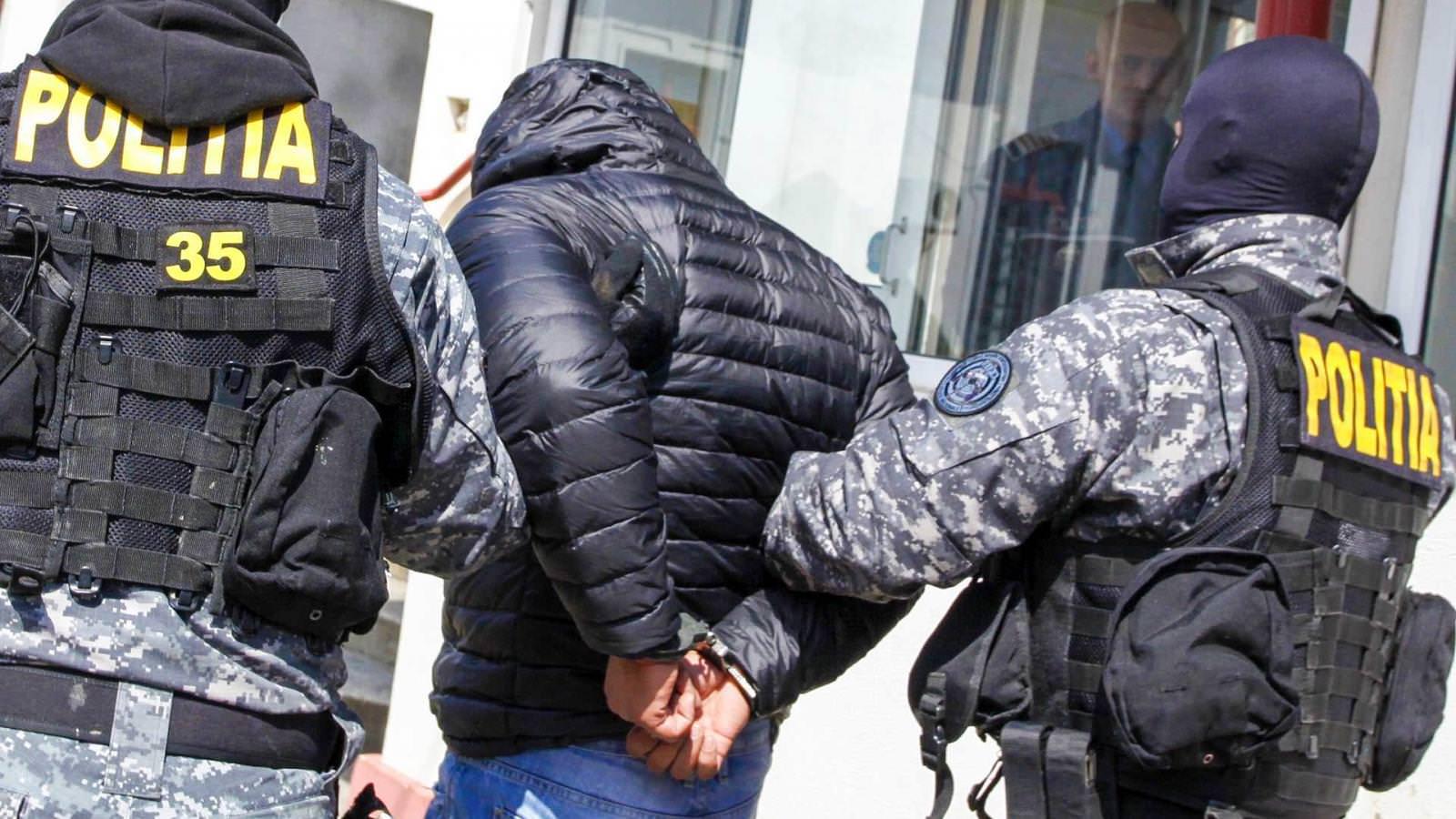 Doi clienți ai unui bar au fost snopiți în bătaie de agenții de pază și abandonați în stradă