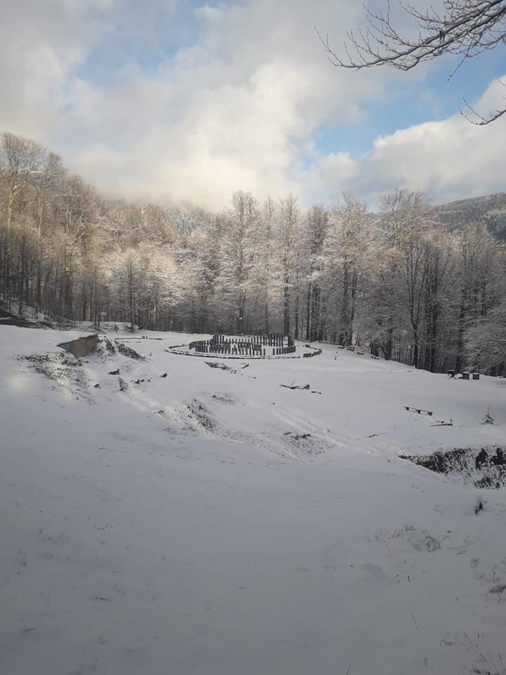 Sarmizegetusa Regia, sub pătură de omăt. Circulația rutieră, în această zonă, se desfășoară în condiții de iarnă