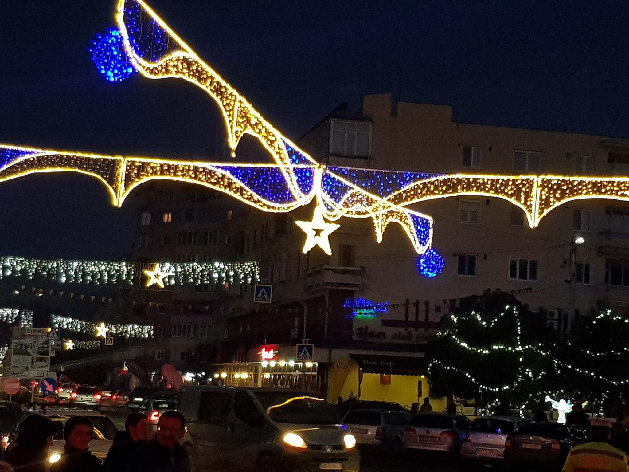 Luminile pentru sărbători s-au aprins la Hațeg. Primăria a pregătit o mie de pachete pentru colindători