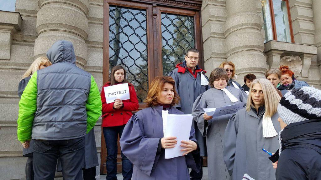 Protest. Grefierii au întrerupt activitatea din cauza eliminării pensiilor de serviciu