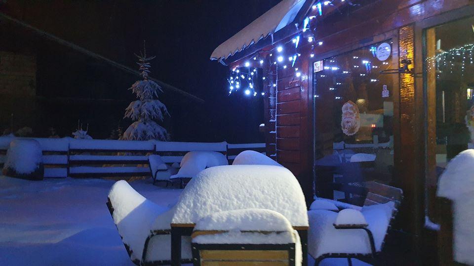 FOTO: Zăpadă ca în poveşti la Straja. Stratul de omăt a atins 30 de centimetri