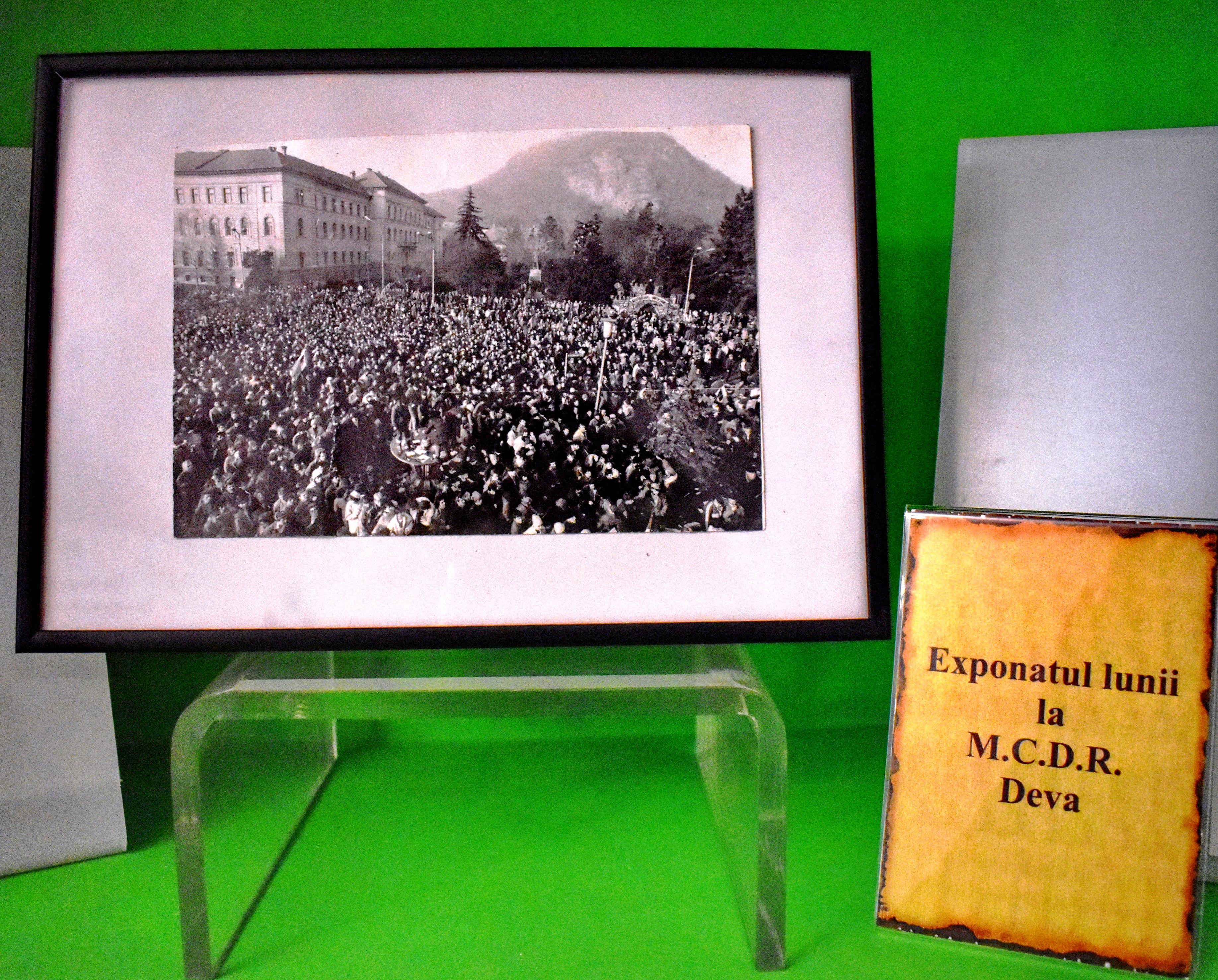 Exponatul lunii la muzeul din Deva: o fotografie din 1989 din fața Prefecturii Hunedoara