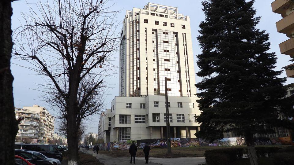 Palatul Administrativ, preluat parţial de Primăria Deva. Un corp al clădirii, păstrat de CJ cu destinaţia de bibliotecă