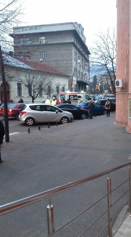 Tânără accidentată în timp ce traversa strada pe trecerea pentru pietoni