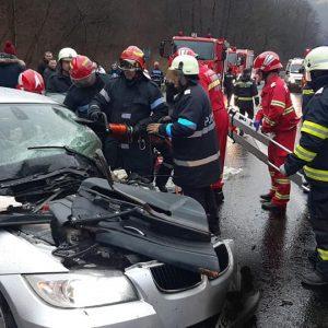 (FOTO) Accident grav la Săliștioara. Trei victime în urma impactului dintre un TIR încărcat cu airbag-uri și un autoturism