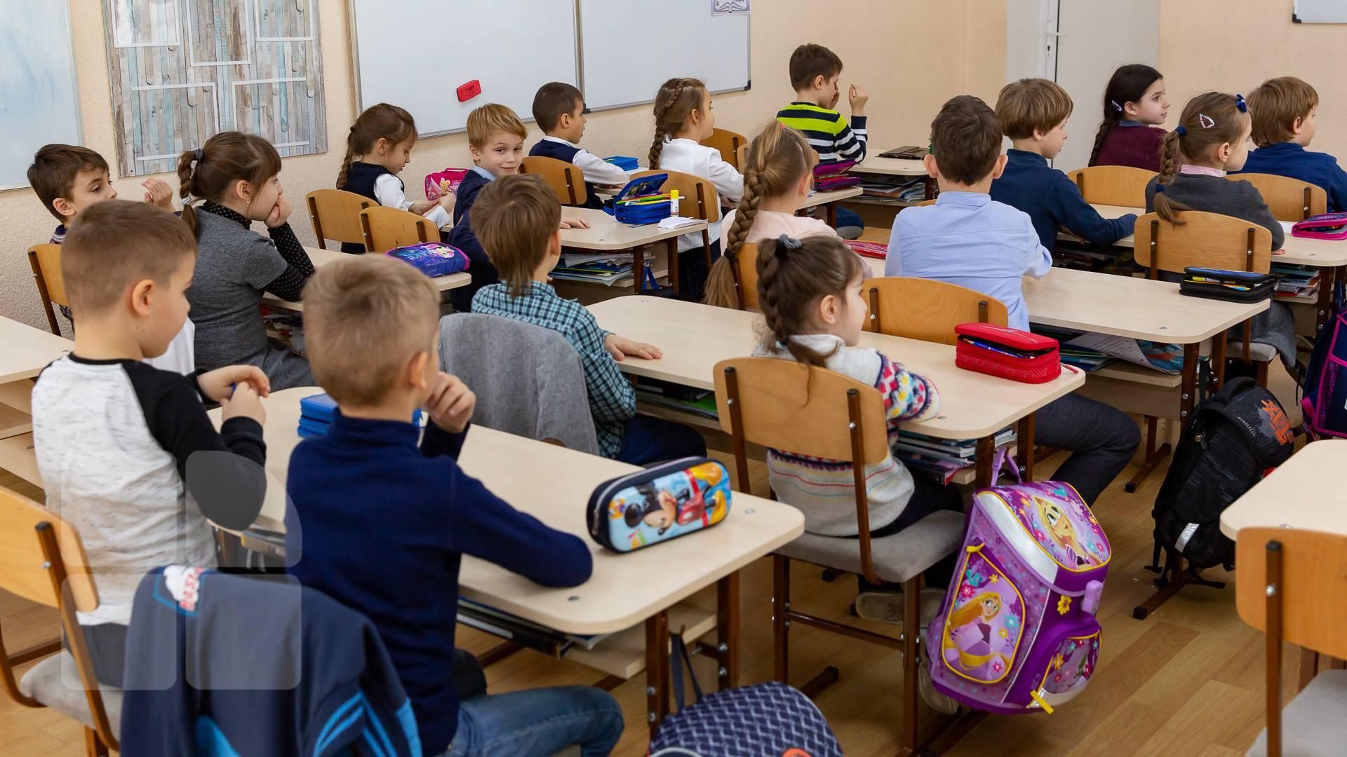 """Elevii și preșcolarii se întorc, de astăzi, la cursuri. Proiect pilot la Hunedoara – """"Autobuzul școlar"""""""