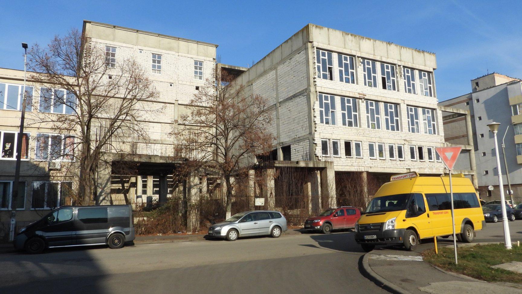 """Clădirea """"fantomă"""" a Liceului de Arte din Deva, ecologizată"""