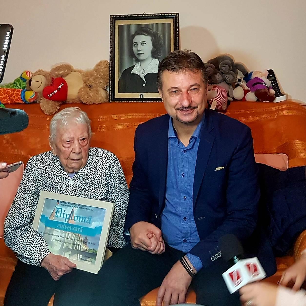 Mama Mie, premiată de primarul Hunedoarei la împlinirea centenarului