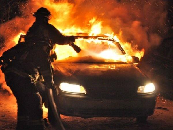 Răzbunare amoroasă la Simeria. Un bărbat a incendiat mașina tatălui fostei iubite