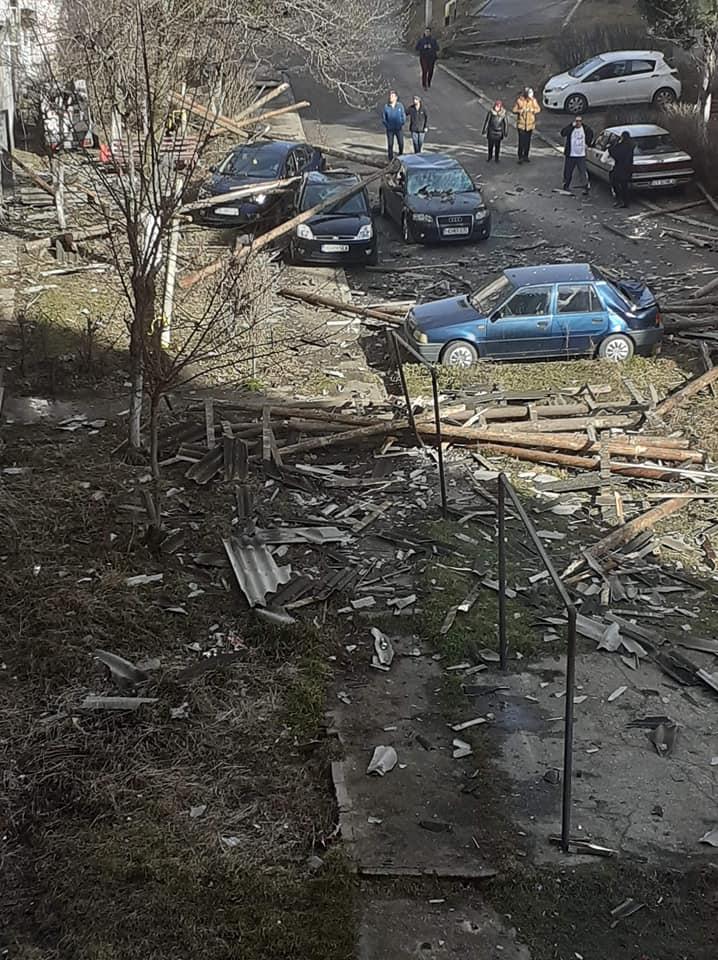 Două minore, în spital, și cinci autoturisme avariate, după ce au fost lovite de un acoperiș smuls de vânt
