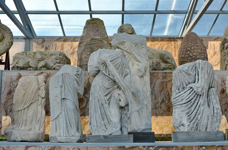 """Statuile – menhir din """"Lapidariul"""" muzeului din Deva, prezentate în cadrul unei expoziții europene, în Italia"""