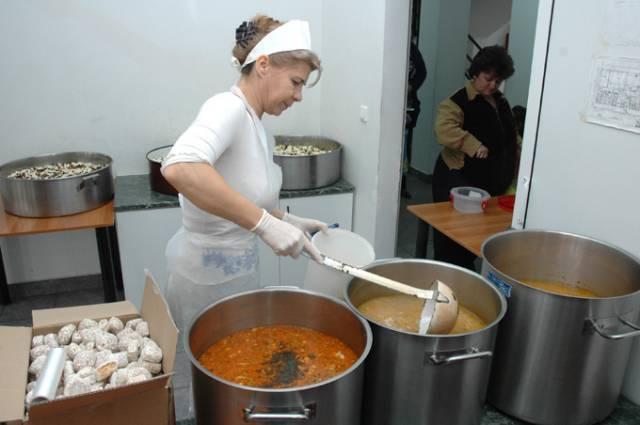 Aproximativ 45 de nevoiași au mâncat, lunar, în 2019, la cantina socială din Deva