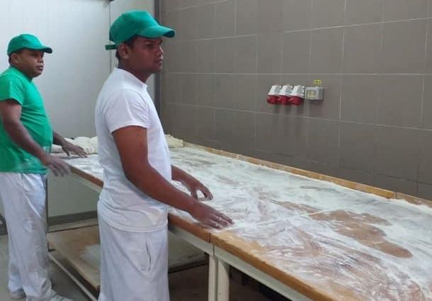 """Srilankezii din Ditrău, doriți și la Deva. Patronul unei pizzerii din buricul orașului: """"I-aș fi angajat în orice clipă"""""""