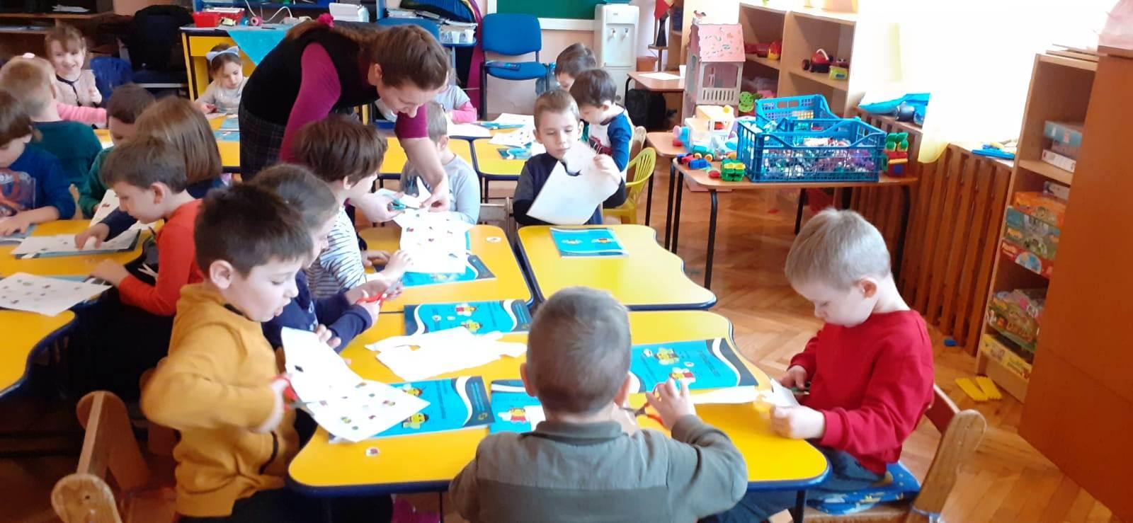 Preșcolarii hunedoreni învață să adopte un stil de viață sănătos, alături de Fifi și Bondărel