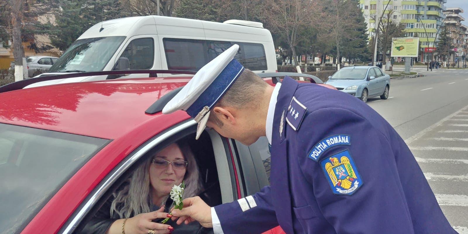 """Poliţiştii hunedoreni au """"amendat"""" șoferițele aflate în trafic cu flori şi mărțișoare"""