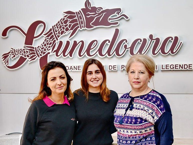 """Din Spania, la CJ Hunedoara. După un stagiu la Sagrada Familia, o tânără spaniolă """"pune umărul"""" la promovarea turistică a județului"""