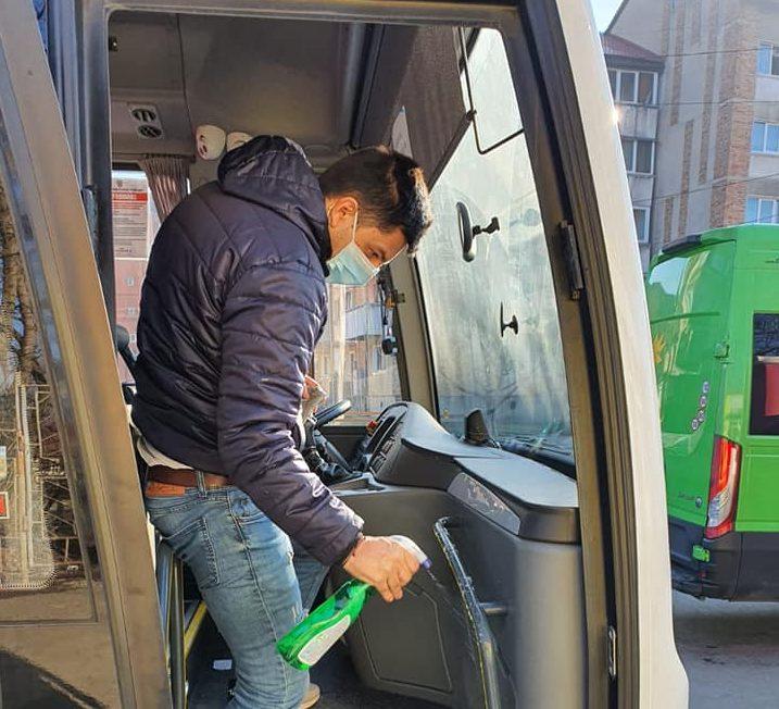 La Petroşani, mijloacele de transport în comun, dezinfectate. Străzile din oraş, spălate cu apă şi clor