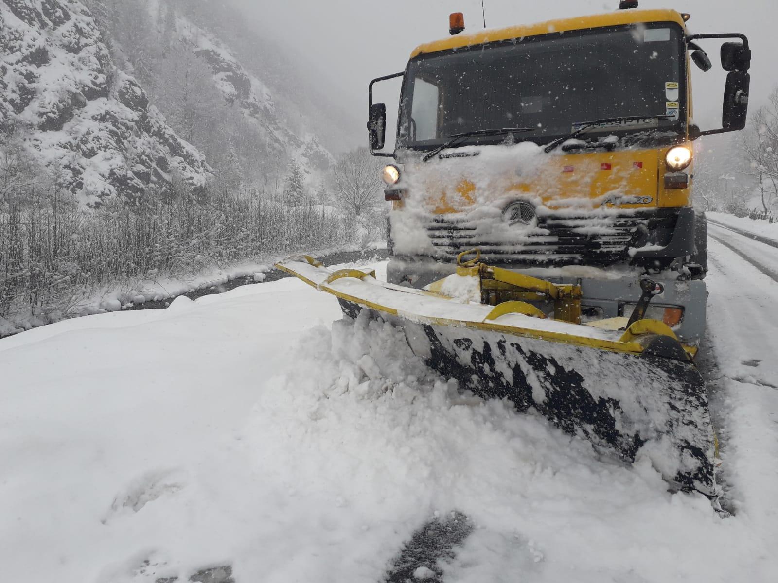 Circulație în condiții de iarnă pe mai multe drumuri județene