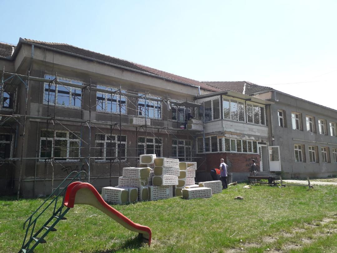 """Continuă lucrările de reabilitare a Grădiniței """"Dumbrava Minunată"""" din Hunedoara"""