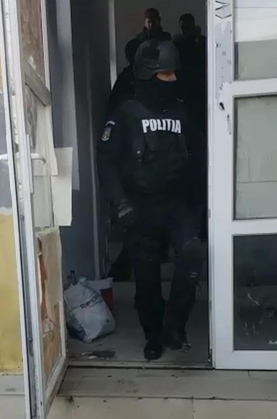 VIDEO| Urmărit internațional, prins de polițiștii hunedoreni. Bărbatul era căutat de autoritățile judiciare din Spania pentru omor și tentativă de omor