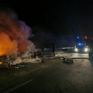 Autotren, încărcat cu utilaje, cuprins de flăcări, pe A1