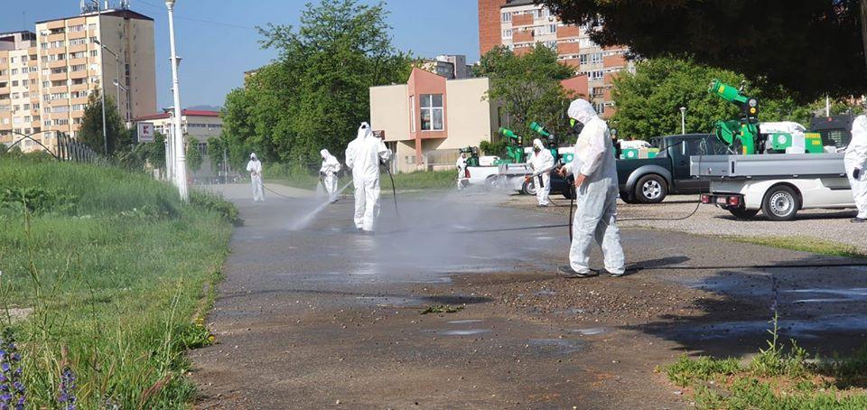 FOTO: Amplă acţiune de dezinfecţie la Hunedoara. Echipele, prezente în tot oraşul, timp de două zile