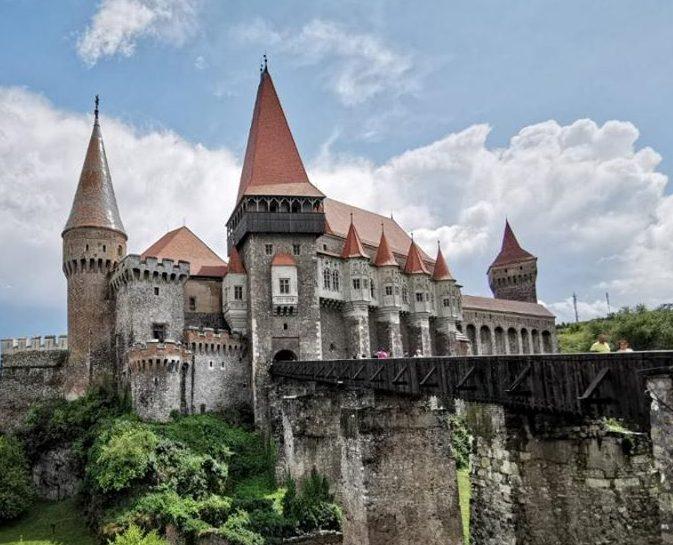Castelul Corvinilor îşi redeschide porţile, din 15 mai. Edificiul istoric va putea fi vizitat respectând regulile şi măsurile de siguranţă
